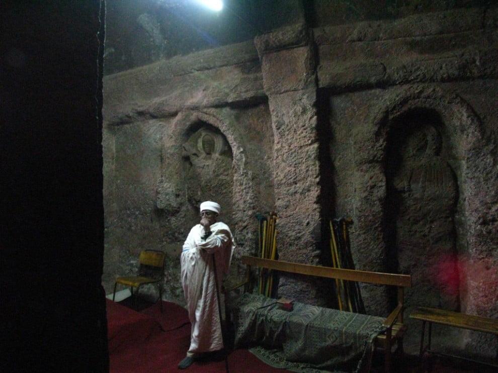 Wnętrze Bete Golgotha, w którym według legendy pochowany jest król Lalibela (Martín Justicia)
